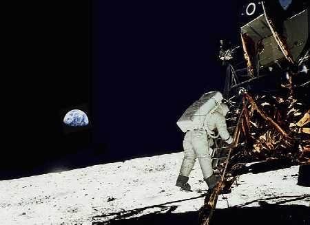 Apollo 11 di permukaan Bulan