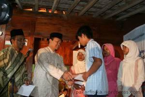 Dr. Hidayat Nurwahid, serahkan beasiswa