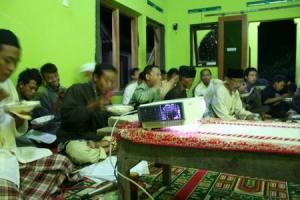 Peserta Kajian Falak di Musholla Al-Iman