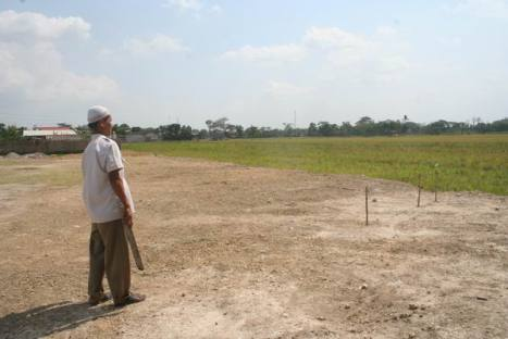 Ust. Muhyidin melihat arah kiblat (10/09/11)